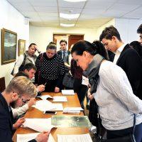 Студенты колледжа на регистрации гостей